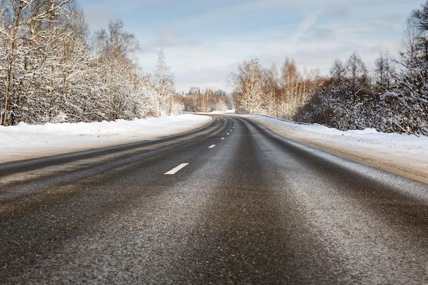 Опасность и быстрый поворот на обледенелой снежной дороге
