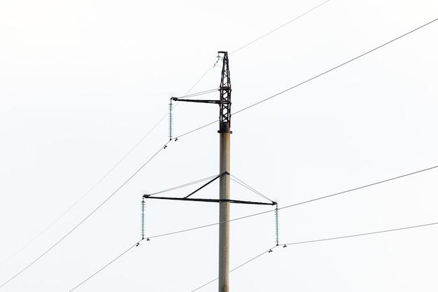 Опасность поражения электрическим током. столб с проводами