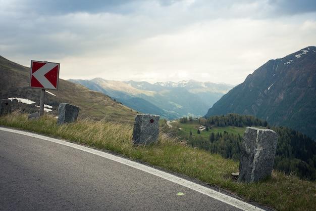 オーストリアの山道の危険ターンサイン