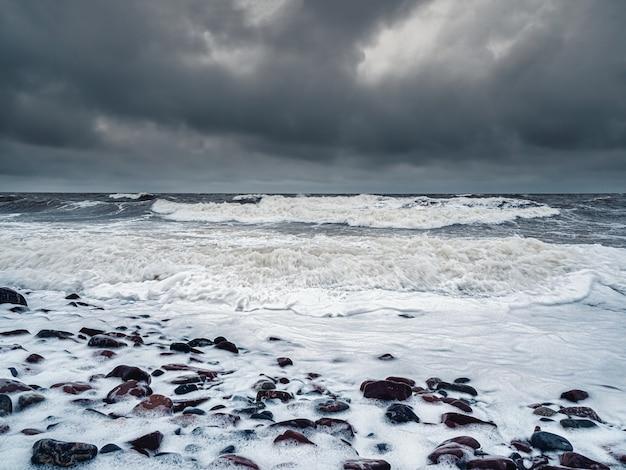 危険な大きな波白海の嵐の冬の波
