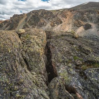 花崗岩の危険な断層。断層線または岩石の割れ目、侵食、石の亀裂。