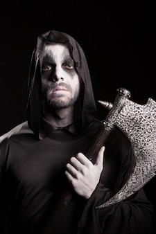 黒の背景に斧を持ったロープを持った危険な死神。