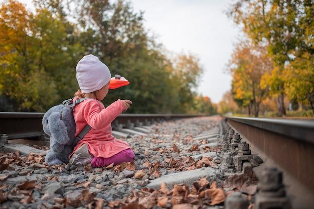 위험한 생활 방식 귀여운 소녀는 철도 트랙에서 재생