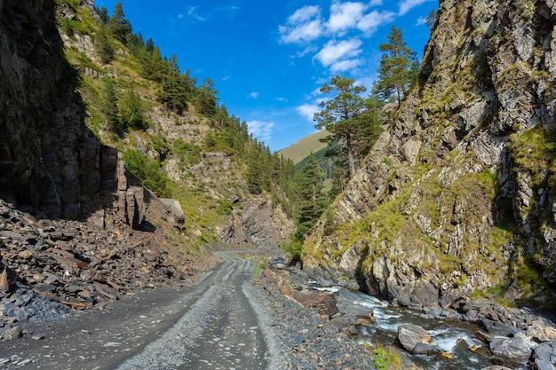 トゥシェティの危険な山道、ジョージア州を横断します。コーカサス