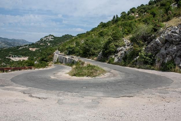 360度回転する危険な山道