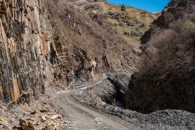 ジョージア州スヴァネティのウシュグリ村への危険な岩だらけの道