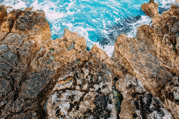 푸른 물 공중 무인 항공기 평면도와 위험한 바위 바다 해안 프리미엄 사진