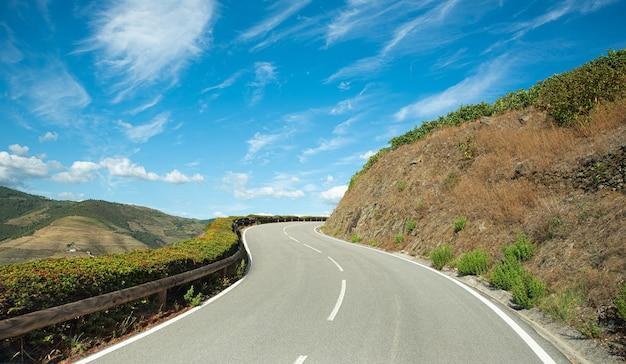 Опасная дорога под уклоном с ломаной линией