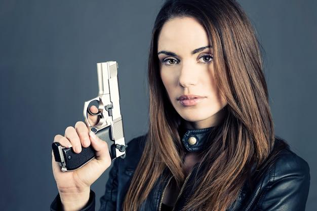 Опасная женщина, подняв пистолет