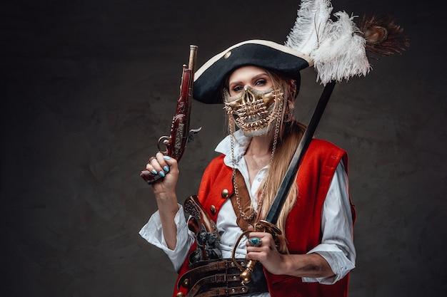 세이버와 권총을 들고 황금 해골 마스크와 위험한 여자 해적.