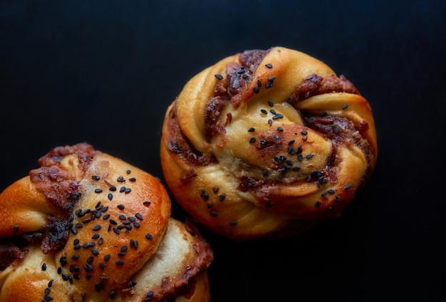 테이블에 덴마크 빵