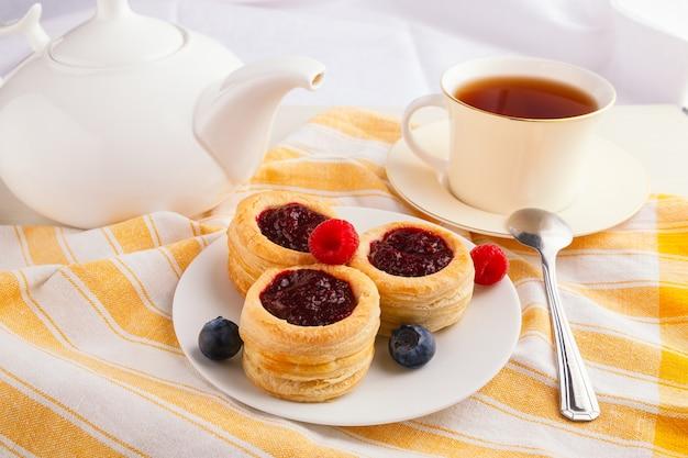 クランベリージャムと新鮮なブルーベリーとラズベリーのデニッシュペストリーケーキ