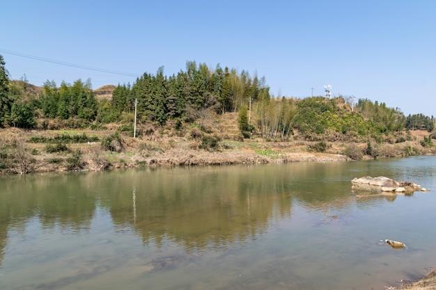 湖の水に囲まれた丹霞地形の山々