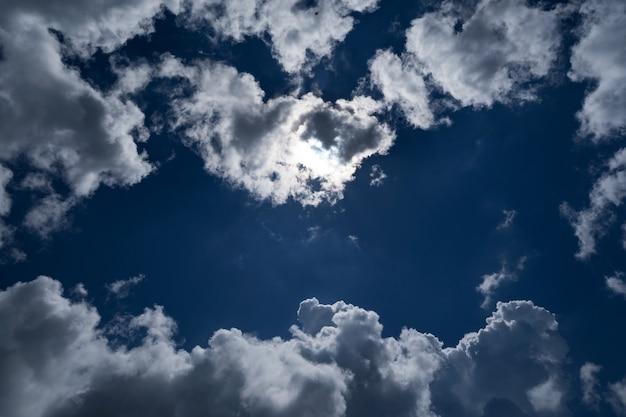 Темное и драматическое небо с облаками в области пространства фона природы ужас и фон хэллоуина.