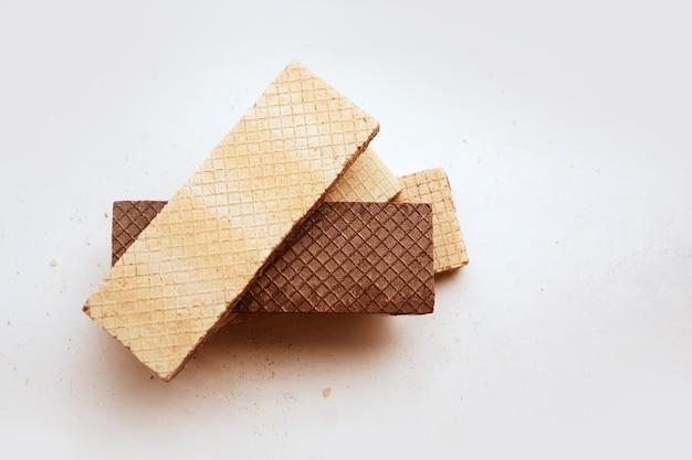Русские клетчатые сладкие вафли из темного и белого шоколада, изолированные на фоне