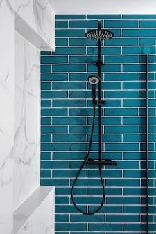 Темно-аквамариновый и белый и цветной в ванной современный кафельный душ с ручным душем с дождевой насадкой