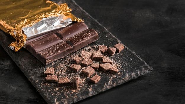 コピースペース付きのチョコレートデザートとダークアレンジメント
