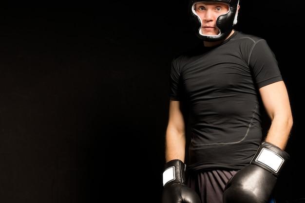 若いボクサーの暗い雰囲気のポートレート