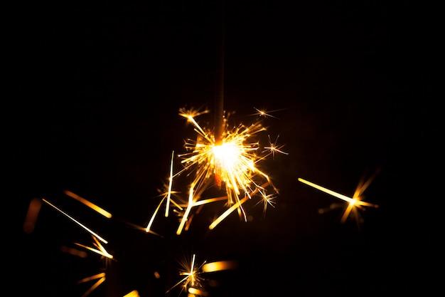 装飾的な火花と暗い背景