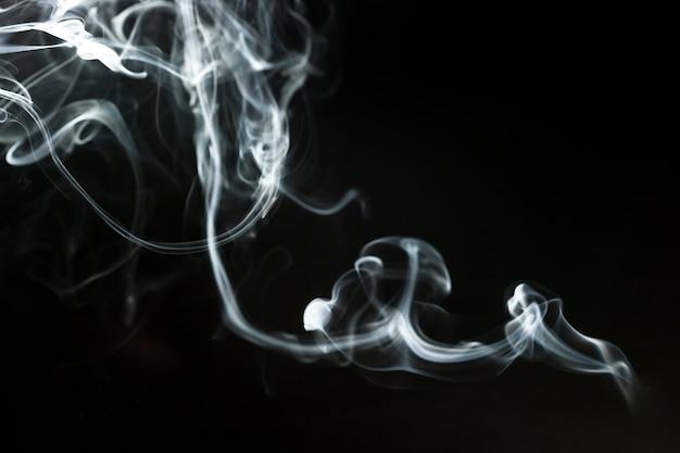 Темный фон с тонким волнистым дымом