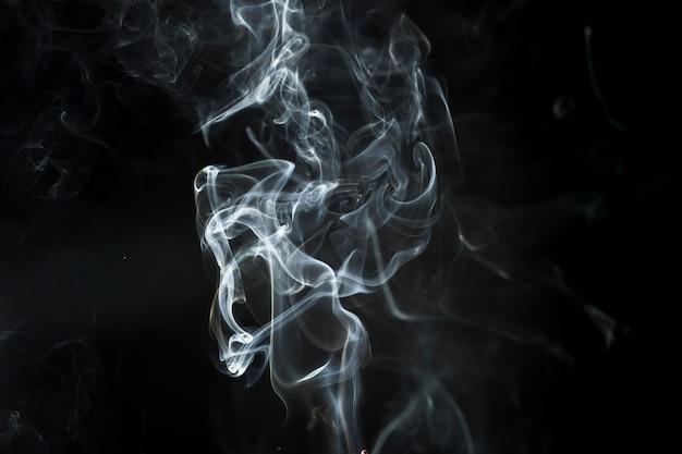 Темный фон с нежным белым дымом