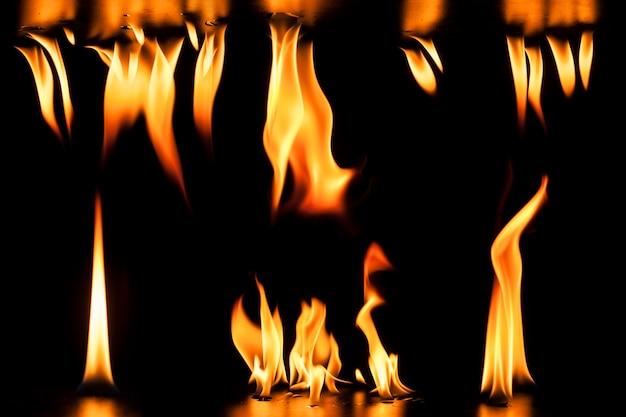 Sfondo scuro con fiamme di fuoco