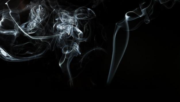 Sfondo scuro con sagome di fumo