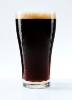 パイントに泡が入ったダークビール