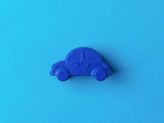 水色の背景に濃い青の車。車の売買の概念。