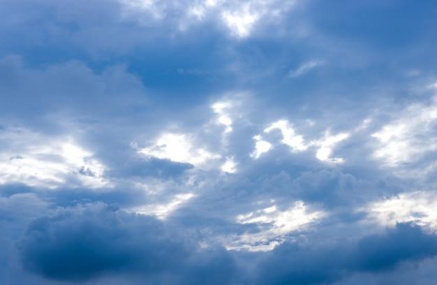 비가 오기 전 맑은 하늘 아래 진한 파란색 구름