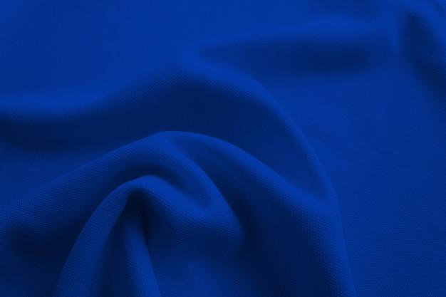 배경에 대한 진한 파란색 접힌 천 프리미엄 사진