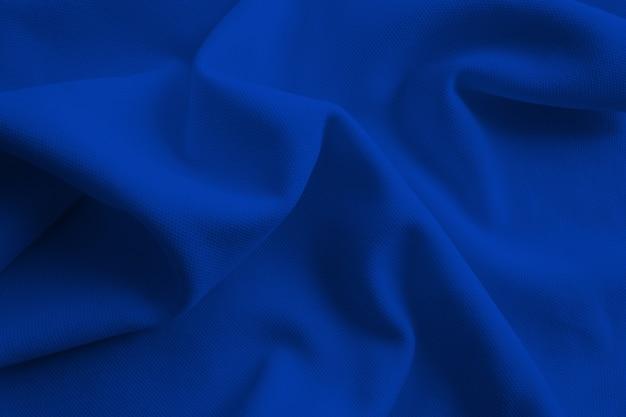 배경에 대한 진한 파란색 접힌 천