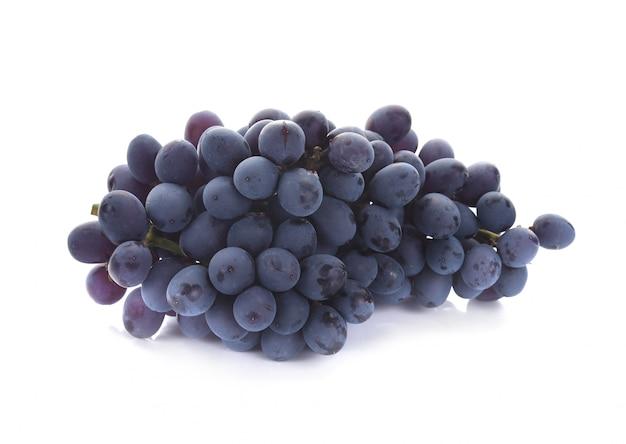 Темно-синий виноград на белом фоне