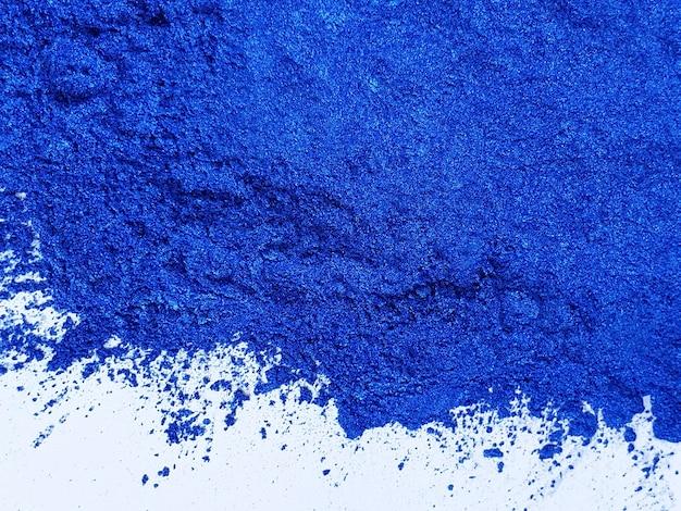 Темно-синий порошок пигмет слюды на белом фоне