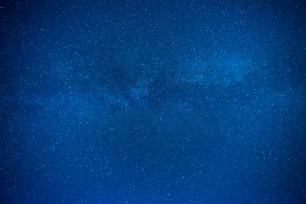 Темно-синее ночное небо с множеством звезд, галактический фон