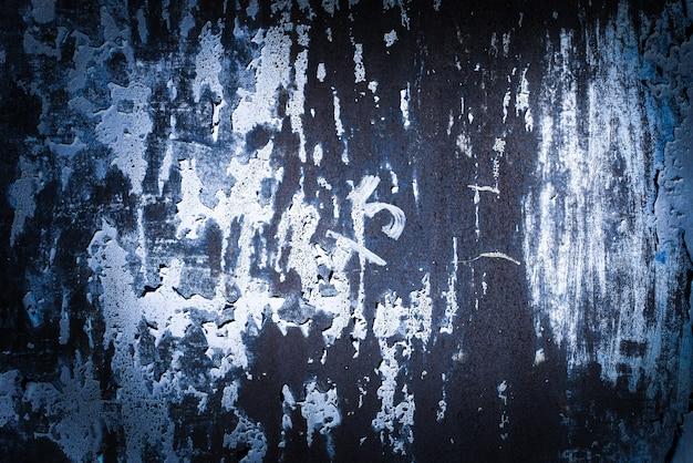 진한 파란색, 보라색, 라일락, 질감. 오래 된 녹슨 벽 배경입니다. 거칠기와 균열. 프레임, 비네트