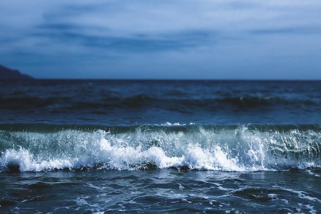 Синее море и голубое небо.