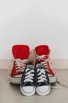 Scarpe blu scuro con sfondo sfocato scarpe rosse