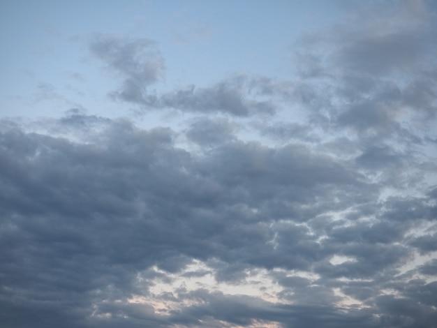 雲の背景と濃い青空