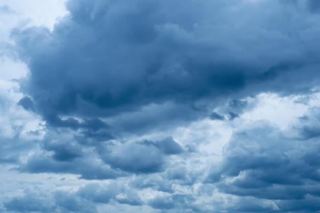 やわらかな積雲のある暗い青空