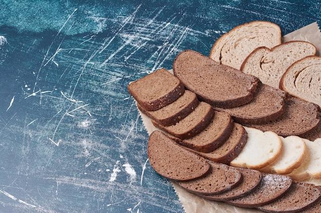 Fette di pane scuro sull'azzurro.