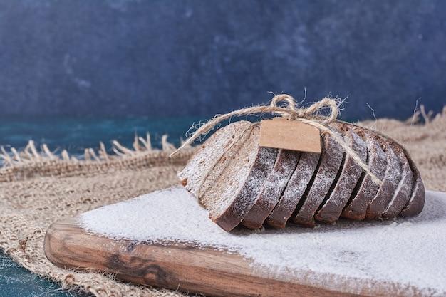 어두운 빵 블루 테이블에 소박한 스레드로 묶여.