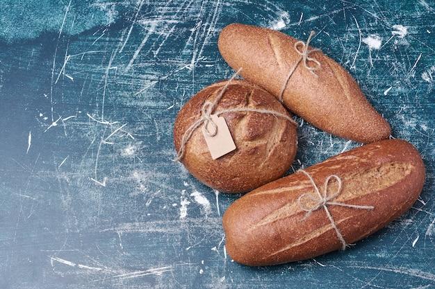 Varietà di pane scuro sul blu.