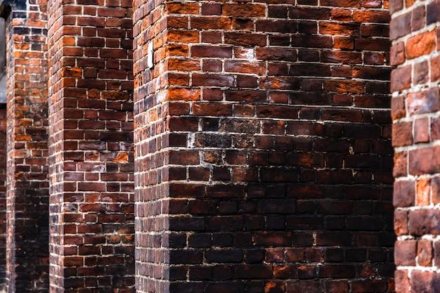 Темная кирпичная стена старого католического собора. низкий ключевой фон.