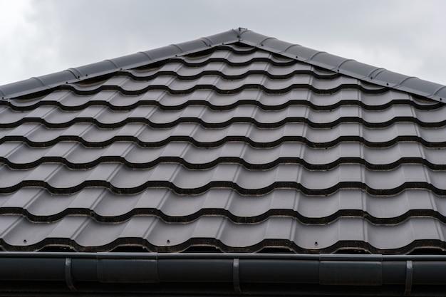짙은 갈색 금속 지붕 대상 포진