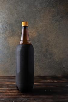 Темно-коричневая пластиковая бутылка черного пива