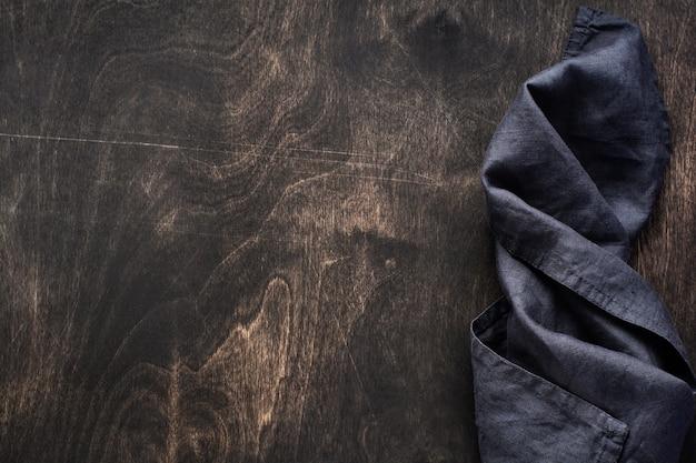 면 주방 냅킨 또는 수건으로 어두운 갈색 나무 질감