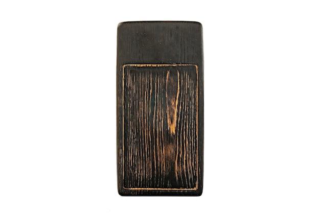 Темно-коричневый деревянный поднос, изолированный на белом фоне.