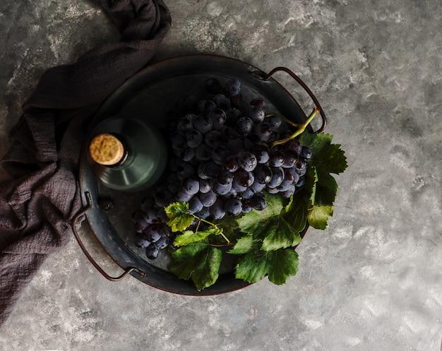 低光、赤ワイン、コピースペースと暗い写真で水滴とブドウの暗い束