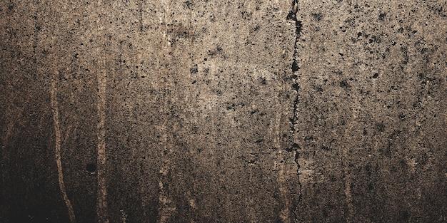 배경에 어두운 시멘트. 얼룩과 흠집으로 가득한 초라한 벽.